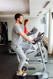 Cardio allenamento della gente in palestra Fotografia Stock Libera da Diritti