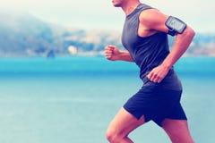 Cardio biegacza smartphone działająca słuchająca muzyka Fotografia Stock