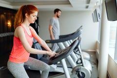 Cardio- exercício dos povos no gym imagens de stock royalty free