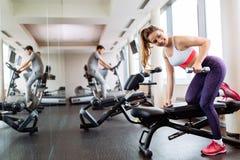 Cardio- exercício dos povos novos e aptos no gym fotos de stock royalty free