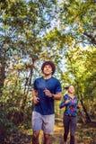 Cardio- exercício - par que movimenta-se na floresta foto de stock royalty free