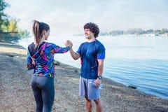 Cardio- exercice - les gens donnant hauts cinq entre eux après séance d'entraînement photographie stock libre de droits