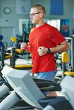 Cardio-geschiktheidsjogging bij tredmolen Stock Foto