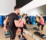 Cardio- groupe de danse d'étape à la formation de gymnase de forme physique Photos stock