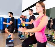 Cardio- groupe de danse d'étape à la formation de gymnase de forme physique Image stock