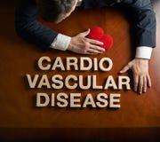 Cardio malattia vascolare di frase ed uomo devastante immagini stock