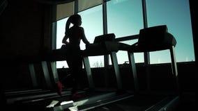 Cardio na karuzeli ćwiczenia dla ciężar straty sylwetka dziewczyna na karuzeli młody sporty dziewczyna bieg dalej zbiory