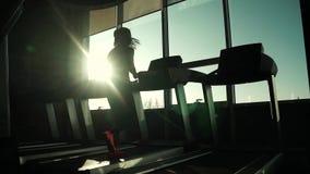 Cardio na karuzeli ćwiczenia dla ciężar straty sylwetka dziewczyna na karuzeli młody sporty dziewczyna bieg dalej zdjęcie wideo
