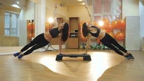 Cardio punto, ragazza che fa esercizio per perdere peso ed ente esile, allenamento di ballo di aerobica in palestra, giovani donn video d archivio