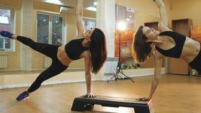Cardio punto, ragazza che fa esercizio per perdere peso ed ente esile, allenamento di ballo di aerobica in palestra, giovani donn archivi video