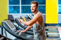 Cardio- séance d'entraînement dans le gymnase image stock