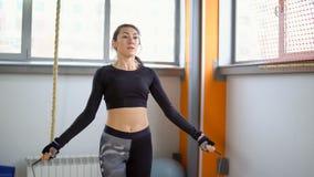 Cardio- treinamento com o gym Corda de salto da mulher nova imagens de stock royalty free