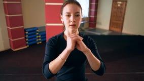 Cardio- treinamento Mulher desportiva nova que exercita no gym Exercício usando a plataforma da etapa vídeos de arquivo