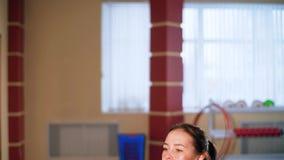Cardio- treinamento Mulher desportiva nova que exercita no gym Exercício usando a plataforma da etapa filme