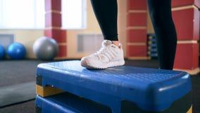 Cardio utbildning Ung sportig kvinna som övar i idrottshallen lager videofilmer