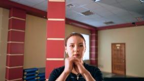 Cardio utbildning Ung sportig kvinna som övar i idrottshallen Övning genom att använda momentplattformen arkivfilmer