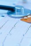 Cardiogram com estetoscópio fotos de stock royalty free