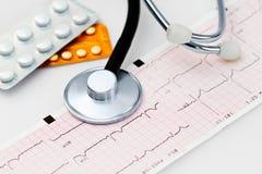 Cardiogram com estetoscópio imagens de stock