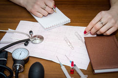 Cardiogram, drukmeter, spuiten en ampullen Royalty-vrije Stock Foto's
