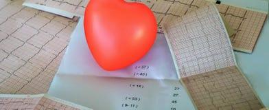 Cardiogram met klein rood hart op de lijstachtergrond royalty-vrije stock foto