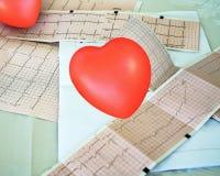 Cardiogram met klein rood hart op de lijstachtergrond royalty-vrije stock afbeeldingen