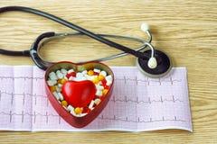 Cardiogram, stethoscoop, met tablettenvakje en rood hart Stock Afbeelding