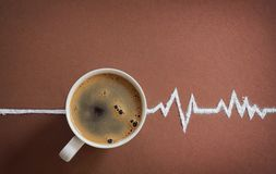 Cardiograma de la opinión superior de la taza de café y de los golpes de corazón Fotografía de archivo