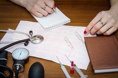 Cardiograma, medidor da pressão, seringas e ampolas Fotos de Stock Royalty Free