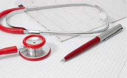 Cardiograma y estetoscopio Imágenes de archivo libres de regalías