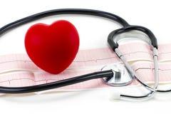 Cardiogramme avec le stéthoscope et coeur rouge sur le fond blanc, c Photo stock