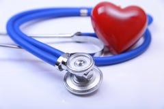 Cardiogramme avec le stéthoscope et coeur rouge sur la table, plan rapproché Images libres de droits