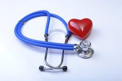 Cardiogramme avec le stéthoscope et coeur rouge sur la table, plan rapproché Image stock