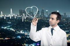 Cardiogramme de dessin de docteur sur le fond de ville Image stock