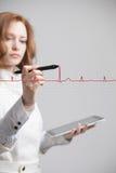 Cardiogramme de dessin de femme de docteur Photographie stock libre de droits