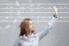 Cardiogramme de dessin de femme de docteur Photos stock