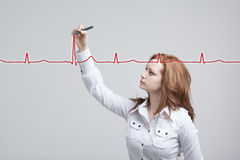 Cardiogramme de dessin de femme de docteur Photo stock