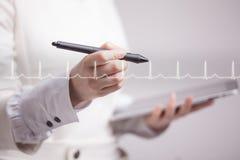 Cardiogramme de dessin de femme de docteur Image stock