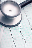 Cardiogramme et stéthoscope Photos stock