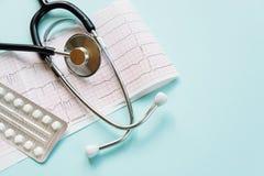 Cardiogramme et stéthoscope sur le bleu Images libres de droits