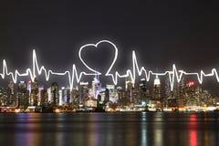 Cardiogramme sur le fond de ville Photos stock