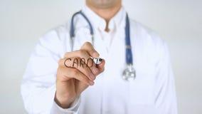 Cardiología, el doctor Writing sobre el vidrio almacen de metraje de vídeo