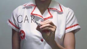Cardiología, escritura femenina del doctor en la pantalla transparente almacen de video