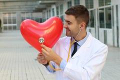 Cardiologieconcept met knappe arts stock fotografie