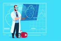 Cardiologist Examining Digital Heart医生穿戴虚拟现实玻璃诊所工作者医院 免版税图库摄影