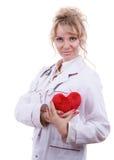 Cardiologista fêmea com coração vermelho fotos de stock