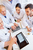 Cardiologista que verifica para fora ECG Imagens de Stock