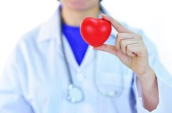 Cardiologue jugeant le coeur disponible image stock