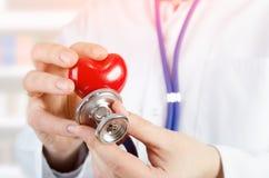 Cardiologue tenant le modèle du coeur 3D Images libres de droits