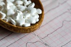 cardiology Makro av ECG-grafen och cardio pills Preventivpillerar som en höra arkivfoto