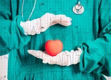 Cardioloog met hart in handen royalty-vrije stock foto's